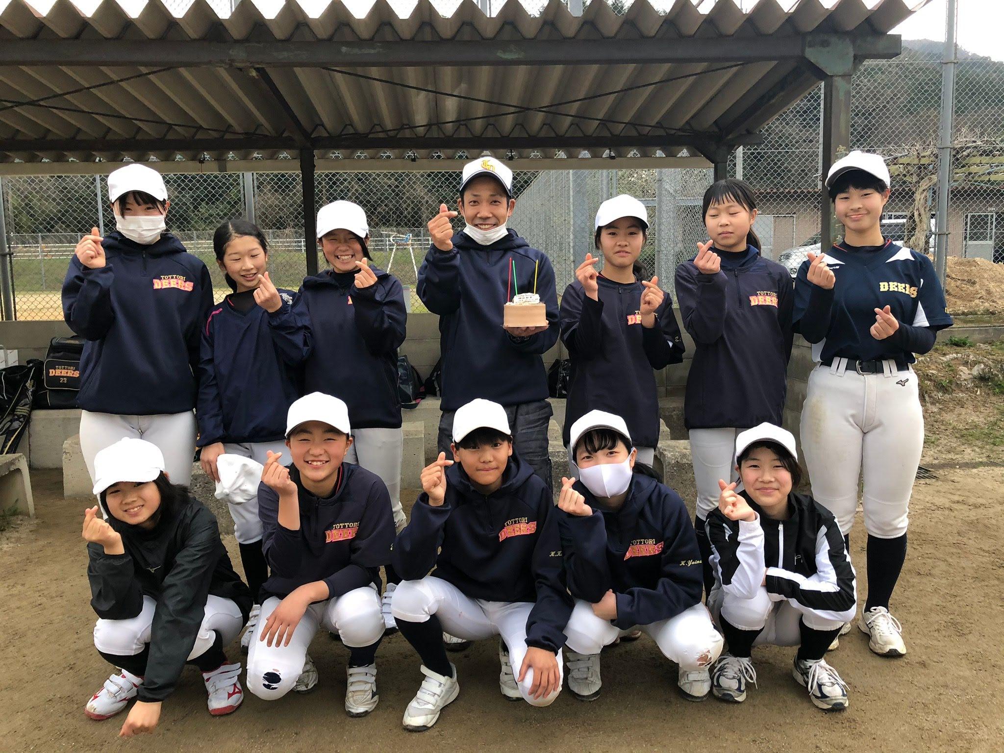 鳥取ディアーズの監督がメンバーと一緒に写ってメッセージを送っている画像